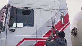 Pracownik myje taksówkę ciężarówka w górę zbiory