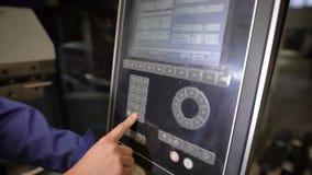 Pracownik naciska guziki panel maszynowy narzędzie z numeryczną programującą kontrola Inżynier konfiguruje a zbiory wideo