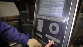 Pracownik naciska guziki panel maszynowy narzędzie z numeryczną programującą kontrola Inżynier konfiguruje a zbiory