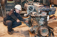 Pracownik naprawa ciężarówka obrazy royalty free