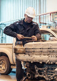 Pracownik naprawa ciężarówka zdjęcia royalty free