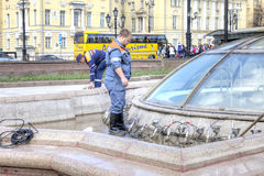 Pracownik naprawia fontannę zdjęcia stock