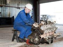 Pracownik naprawia silnika Zdjęcie Royalty Free