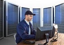 pracownik ochrony pracuje w jego biurze z servitors za on Fotografia Stock