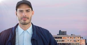 Pracownik ochrony przeciw budynkom i purpurowemu niebu Obraz Stock