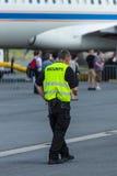 Pracownik ochrony przy lotniskiem Fotografia Royalty Free