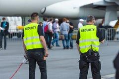 Pracownik ochrony przy lotniskiem Obrazy Royalty Free