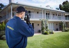Pracownik ochrony używa radiowego outside dom zdjęcia royalty free