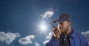 Pracownik ochrony używa radio przeciw niebu Zdjęcie Royalty Free