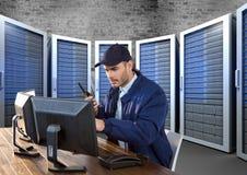 pracownik ochrony w servitor pokoju z komputerami Zdjęcie Royalty Free