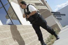 Pracownik Ochrony Z Armatni Patrolować Obrazy Stock