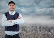 Pracownik ochrony z rękami składał przeciw linii horyzontu i chmurom Zdjęcie Stock