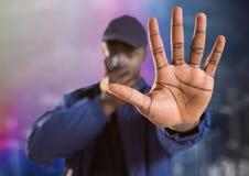 Pracownik ochrony z walkie talkie i ręka przeciw w przodzie rozmytej ścianie i miastu kreślimy Fotografia Stock