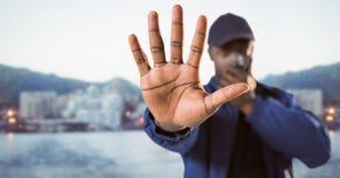 Pracownik ochrony z walkie talkie i ręka w przodzie przeciw rozmytej linii horyzontu Obraz Royalty Free