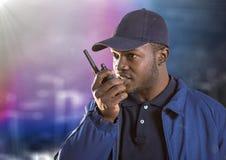 Pracownik ochrony z walkie talkie przeciw rozmytej ścianie z budynku racą i nakreśleniem Obraz Royalty Free