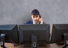 pracownik ochrony za ekranów dzwonić Obraz Stock