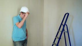 Pracownik odnawi mieszkanie przy budową zbiory wideo