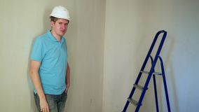 Pracownik odnawi mieszkanie przy budową zdjęcie wideo
