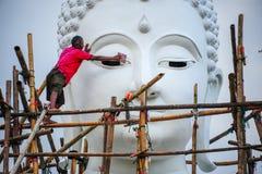 Pracownik odnawi ogromnego białego Buddha wizerunek Zdjęcia Royalty Free
