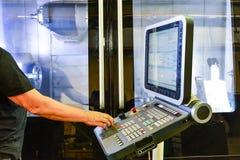 Pracownik, operator pulpit operatora program operacja dużej precyzi CNC machining centrum, przetwarza manufac obrazy stock
