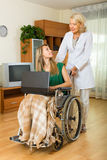 Pracownik opieki społecznej i nieważny z laptopem Zdjęcie Royalty Free