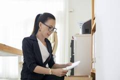 Pracownik opieki społecznej sprawdza listy obraz stock
