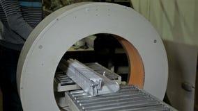 Pracownik paczki w polietylenie niektóre produkcja zbiory