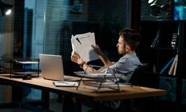 Pracownik patrzeje przez papierów obraz stock