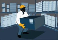 Pracownik podnosi pudełko Obrazy Stock