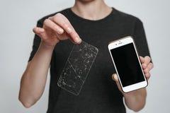 Pracownik pokazuje smartphone i ?amaj?c? parawanow? ochron? us?ugowy centrum zdjęcie stock