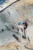 Pracownik pompuje beton Fotografia Royalty Free