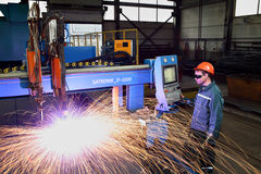 Pracownik pozycja blisko maszynowego pulpitu operatora osocza metalu cutt Zdjęcie Stock