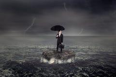 Pracownik pozycja na morzu nad skałą Zdjęcie Royalty Free