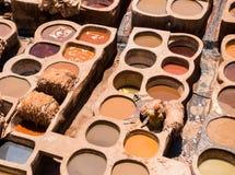 Pracownik pozycja w Kadziowego barwiarstwa skórze w garbarni Zdjęcia Stock