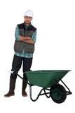 Pracownik pozycja wheelbarrow. Obrazy Royalty Free