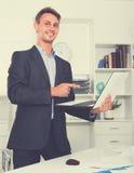 Pracownik pozycja z laptopem w biurze Obrazy Royalty Free