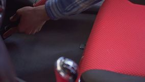 Pracownik próżnie samochodowy wnętrze z czerni i czerwieni siedzeniami zbiory