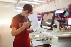 Pracownik pracuje w tkanina przemysle Fotografia Royalty Free