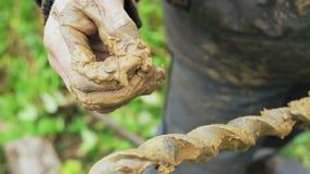 Pracownik produkuje musztrowanie badać ziemię przed instalować bazę Budowa zbiory