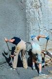 Pracownik przeszuflowywa beton Zdjęcie Royalty Free