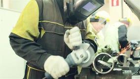pracownik przetwarza część z szlifierską maszyną zbiory wideo