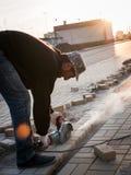 Pracownik przy budową piłuje materiały budowlanych Zdjęcia Royalty Free