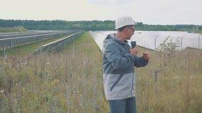 Pracownik przy energii słonecznej stacją Ono uśmiecha się i szyldowy sukces zdjęcie wideo
