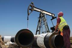 Pracownik przy Ropa I Gaz rurociąg budową obrazy stock