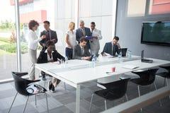 Pracownik przy spotkaniem analizuje dane Obraz Stock