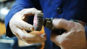 Pracownik przygotowywa elektrycznego narzędzie dla pracy zbiory
