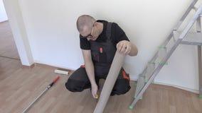 Pracownik przygotowywa papier przed ściennym obrazem zbiory wideo