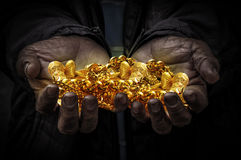 Pracownik ręka niesie złoto Fotografia Stock
