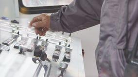 Pracownik ręka obraca round dźwignie na pulpicie operatora zdjęcie wideo