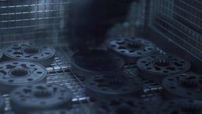 Pracownik ręka zdejmuje metali puste miejsca od linii produkcyjnej zbiory wideo